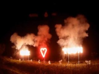 Xena Vuurwerk maakt met speciale vuurwerkeffecten symbolen of tekst in vuurwerk