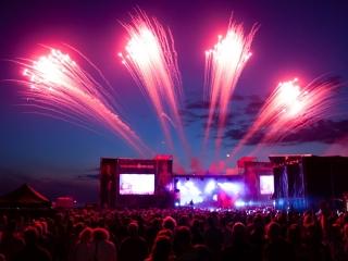 Het podiumvuurwerk van Xena Vuurwerk BV geeft een extra dimensie aan concerten, festivals of onthullingen