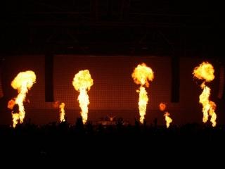 Xena Vuurwerk kan uw podiumact of concert ondersteunen met spectaculaire vlameffecten zoals gasvlammen en vuurballen